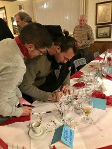 Mogos impegnato a firmare autografi